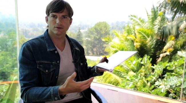In einer Reihe von Werbevideos untersucht der Schauspieler Ashton Kutcher für Motorola die Beziehung von Menschen zu ihrem Smartphone. (Foto: Lenovo)
