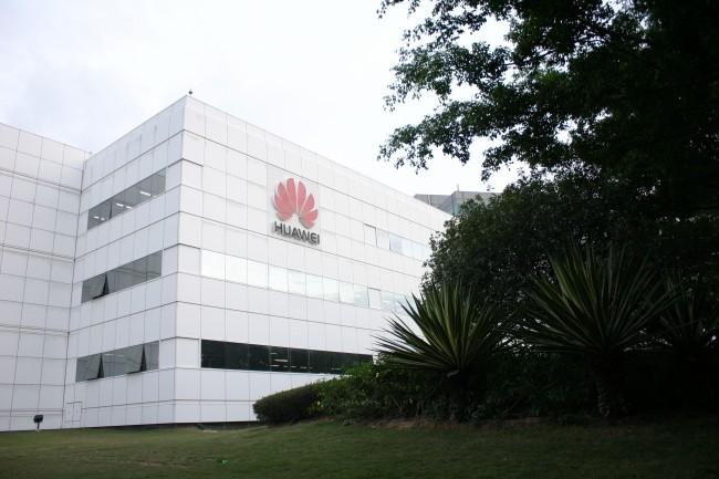 Headquarters Die Firmenzentrale von Huawei erstreckt sich über einen weiten Campus im subtropischen Shenzhen. Hier sind 40.000 der weltweit 170.000 Mitarbeiter hier beschäftigt - auf einer Fläche von etwa 2 km². Manche davon wohnen sogar am Campus.