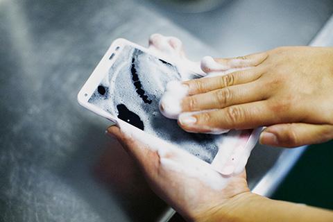 Den Bildschirm des Kyocera-Smartphones Digno Rafre darfst du ungestraft mit warmem Seifenwasser abwaschen. Auch in der Badewanne kannst du das Smartphone benutzen. (Foto: KDDI)