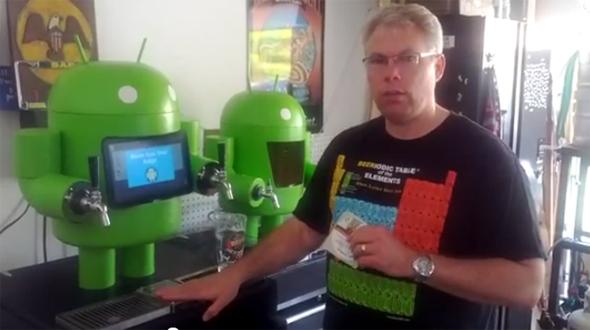 Paul Carff mit seiner Android Bierzapfanlage.