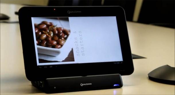 Die Gestensteuerung von Tablets kann vor allem beim Kochen sehr hilfreich sein, so muss man das Display nicht mehr mit den schmierigen Fingern berühren sondern wischt einfach mit der Hand vor dem Sensor um zum Beispiel im Kochbuch zu blättern. Foto: youtube.com.