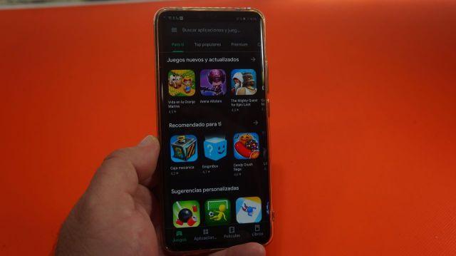 Así podréis activar el manera oscuro ya en el Play Store, <stro data-recalc-dims=