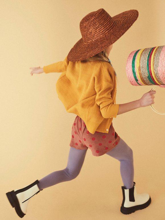 Lemon Magazine fotografía Editorial Kids niña con ropa divertida corriendo
