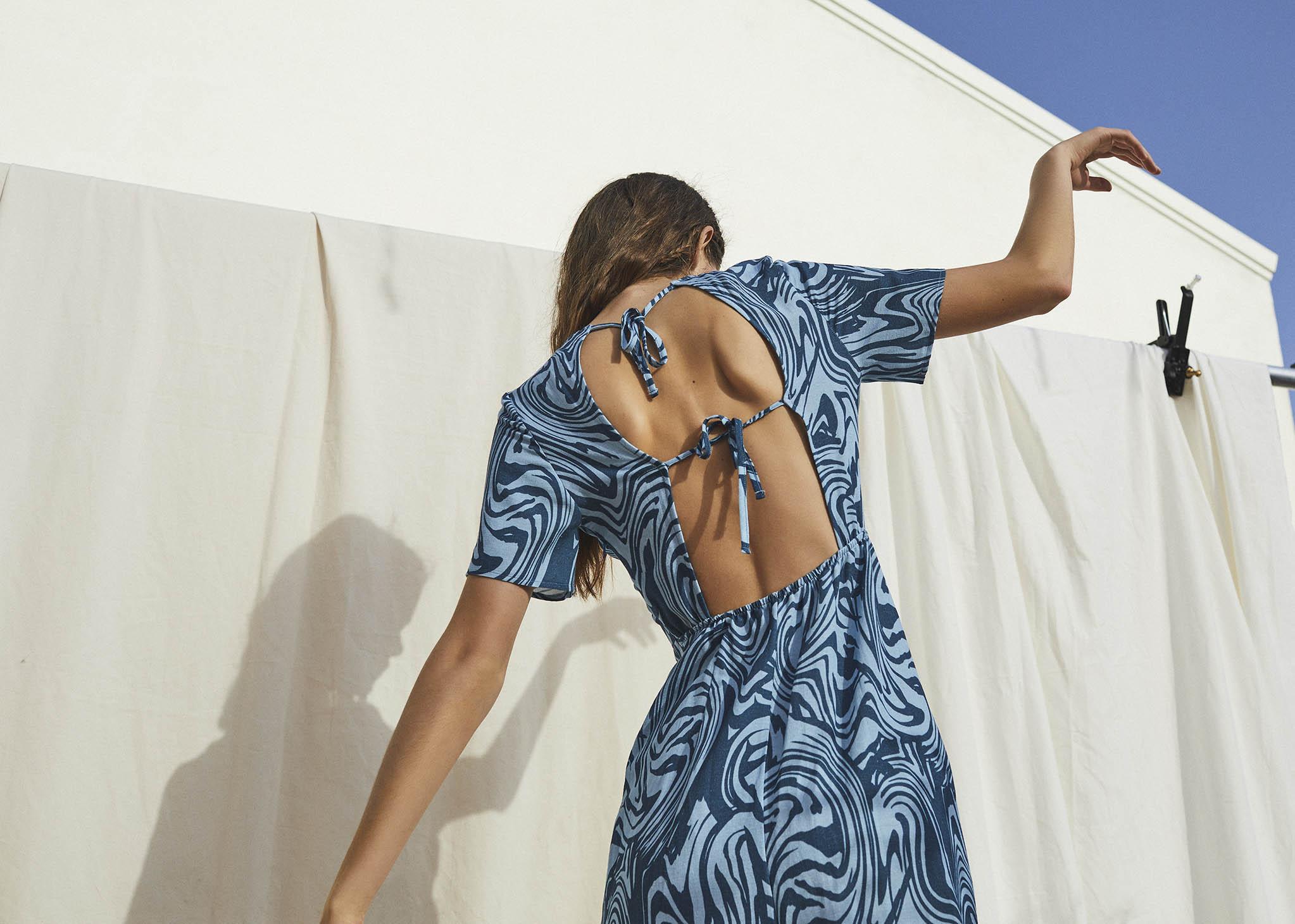 Stradivarius fotografía comercial chica con vestido azul