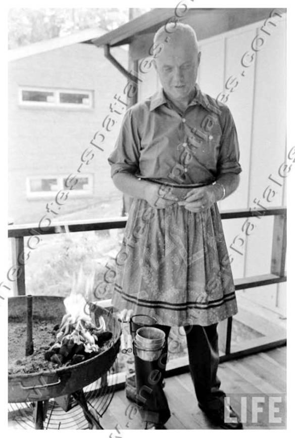 John Glenn - Ce n'est pas une jupe mais un tablier !