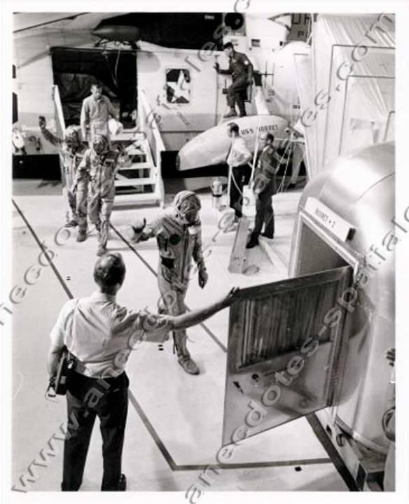 Les astronautes sur le point de pénétrer dans le MQF