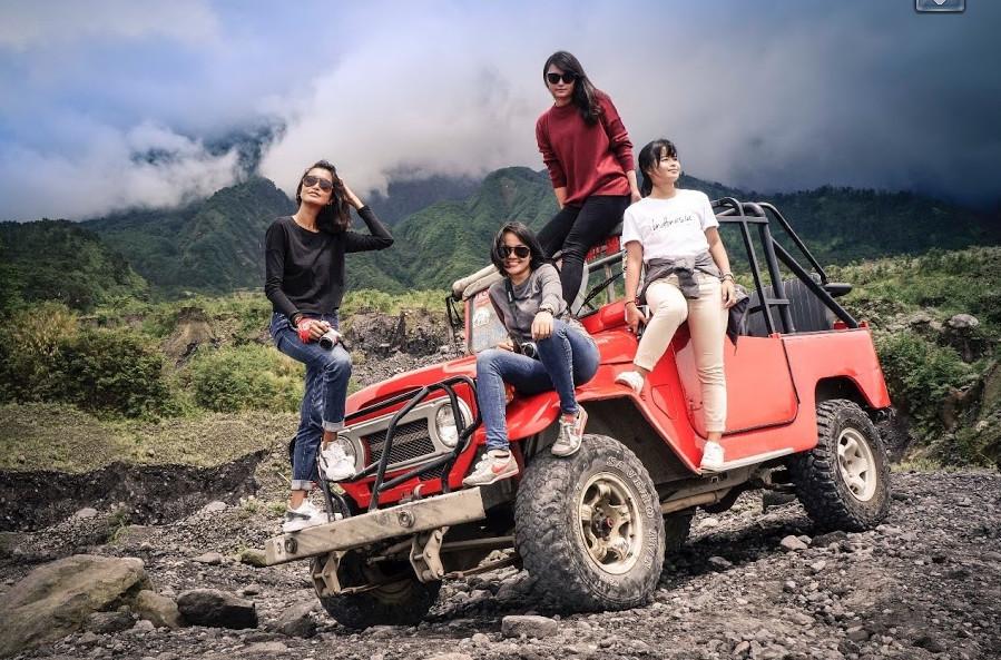 Sharon Loh Berfoto bersama sahabat di atas jip Merapi
