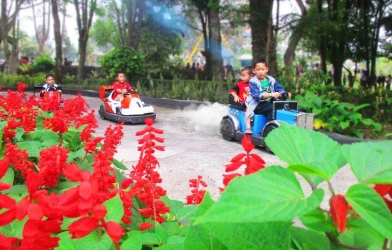 Wahana permainan di Taman Bunga Nusantara
