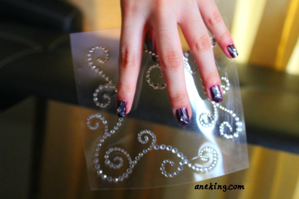 4. Stick one rhinestone in each nails for more art deco effect.