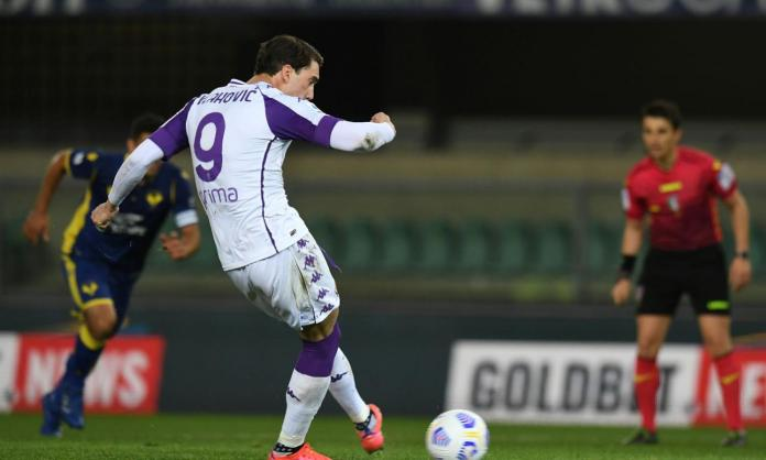 VERONA, ITALY - APRIL 20: Dusan Vlahovic of ACF Fiorentina scores their team's first goal from the penalty spot during the Serie A match between Hellas Verona FC and ACF Fiorentina at Stadio Marcantonio Bentegodi on April 20, 2021 in Verona, Italy.