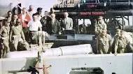 U.S.S. Petrel junto a una de las bombas de Palomares