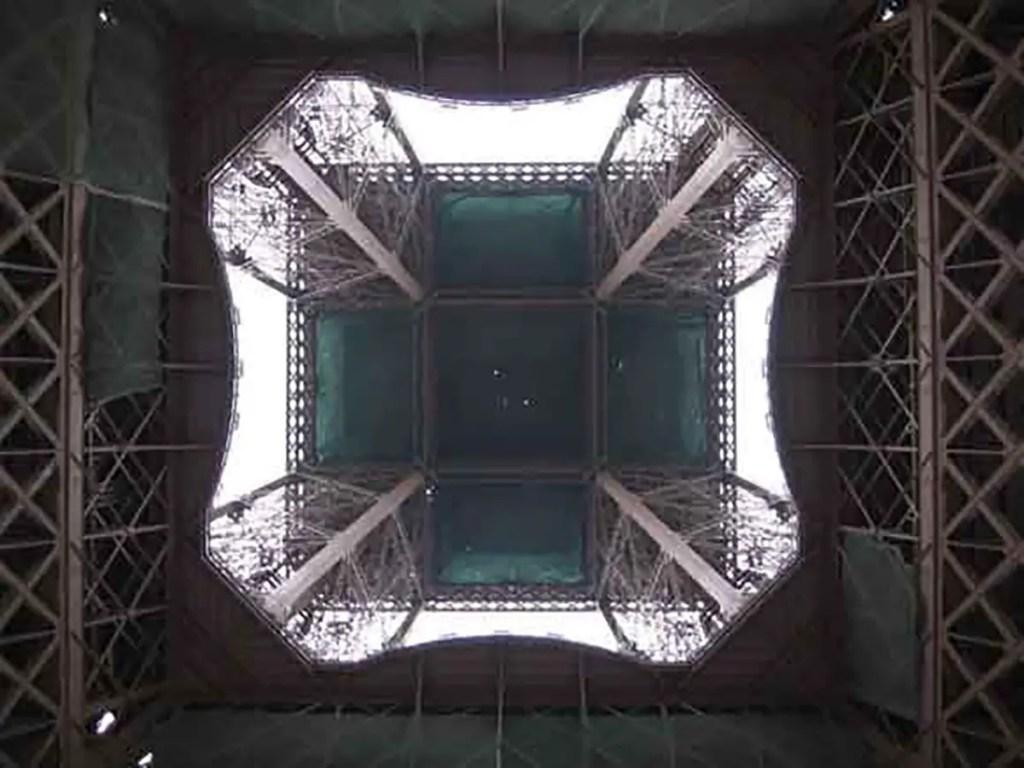 Fotografía de la Torre Eiffel desde abajo.