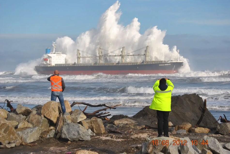Fotografía de un barco contra las olas.