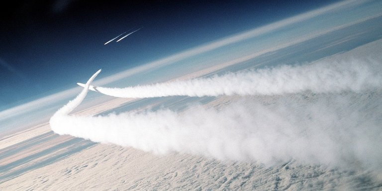 Fotografía de dos aviones MiGs siendo interceptados.