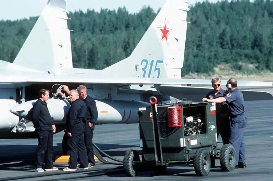 Fotografía mostrando hombres trabajando en un avión.