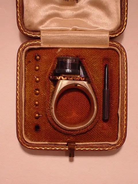 Fotografía del anillo revólver femme fatale.