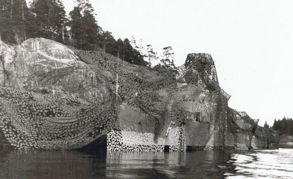 Fotografía de la segunda guerra con un barco camuflado.