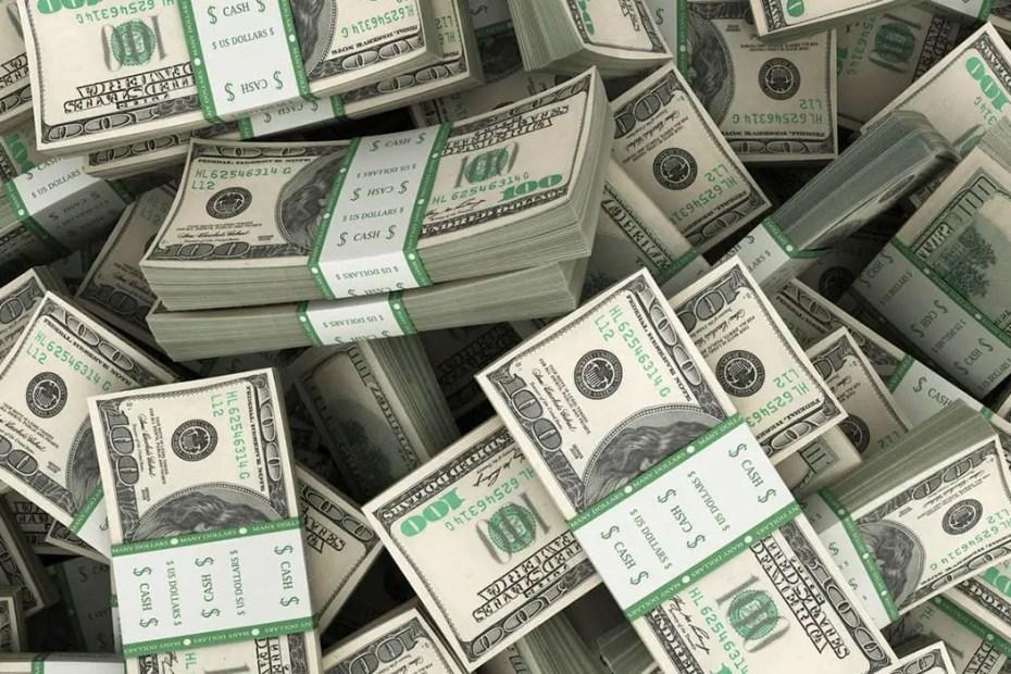 Imagen gráfica de varios fajos de billetes de dólar.