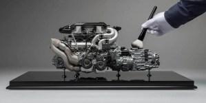 Fotografía de un hombre limpiando un motor V8.