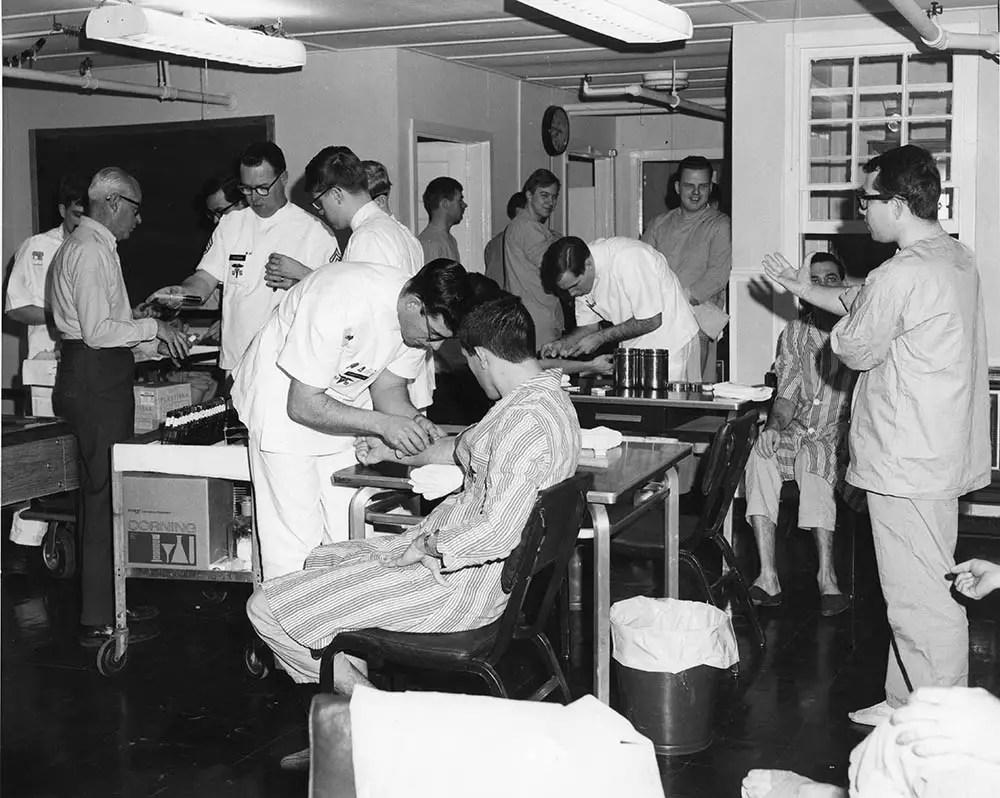 Fotografía de hombres realizando pruebas médicas.