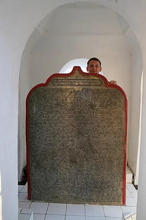 Fotografía de una de las placas de maármol de la pagoda.