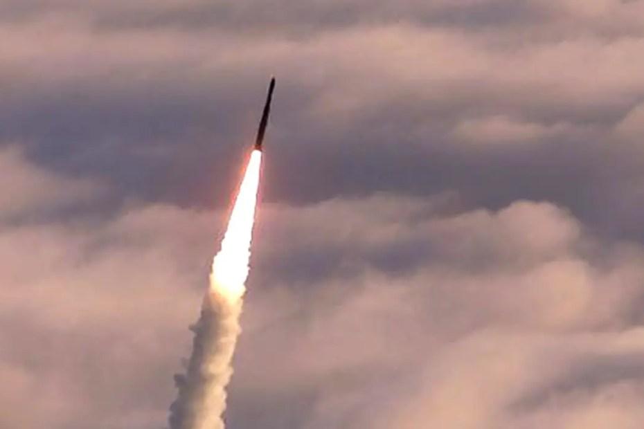 Fotografía de un misil en vuelo.