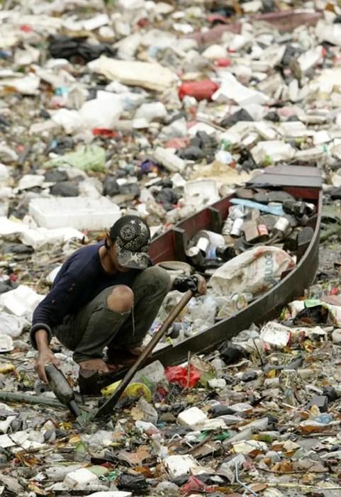 Fotografía de la basura en el río Citarum en Indonesia.
