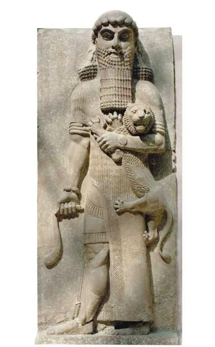 Fotografía de una estadua de Gilgamesh dominando un león.