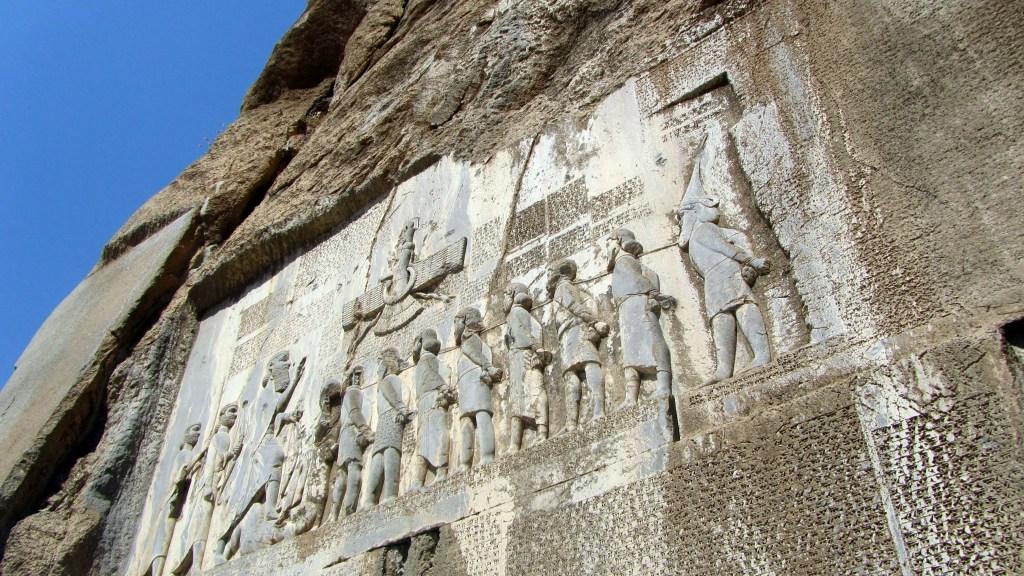 Fotografía de la estela de Behistun.