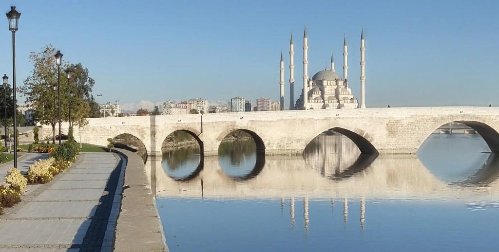 Fotografía del puente romano en Adana.