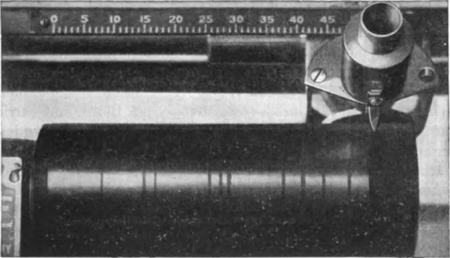 Fotografía y detalle de un cilindro de fonógrafo.