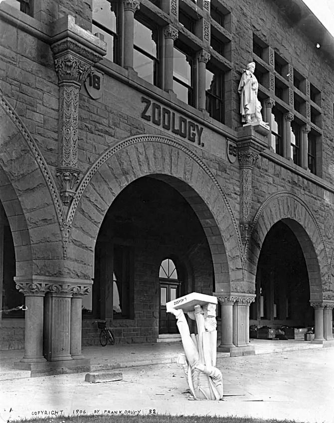 Fotografía de la estatua de Louis Agassiz clavada de cabeza en el piso..