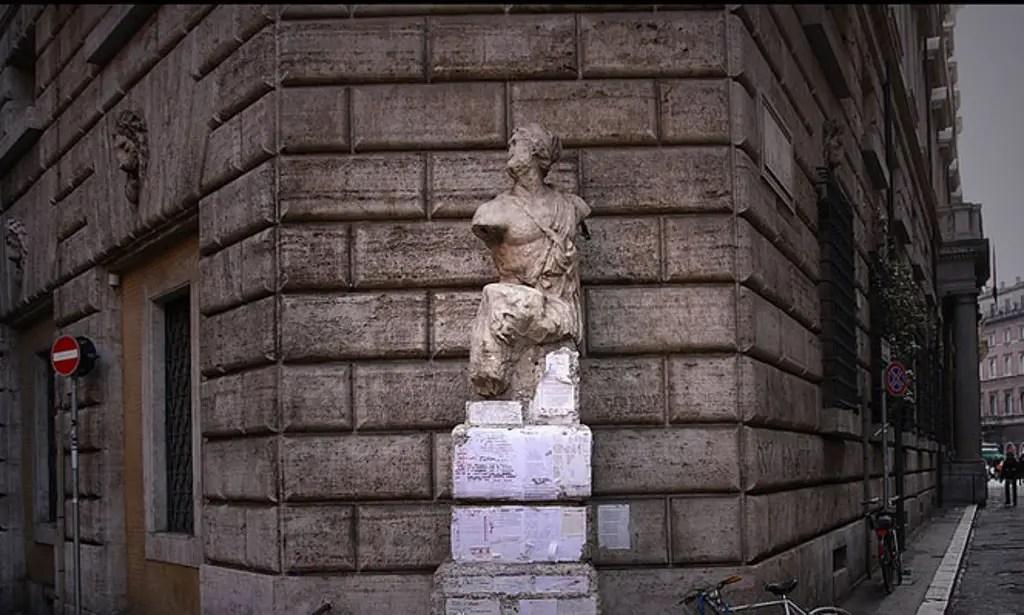 Fotografía del Pasquino, una de las seis estatuas parlantes de Roma.