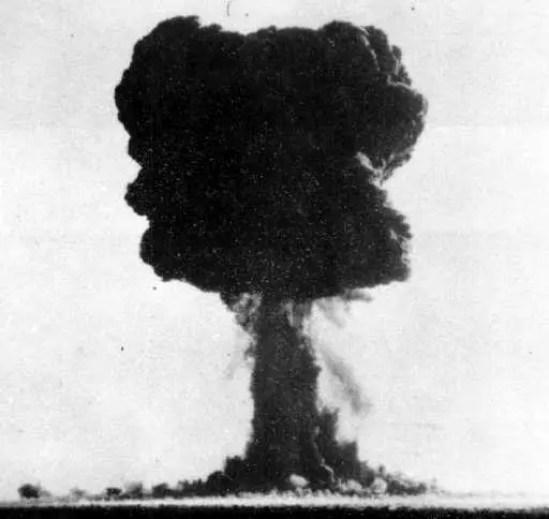Fotografía de la explosión nuclear Totem 1.