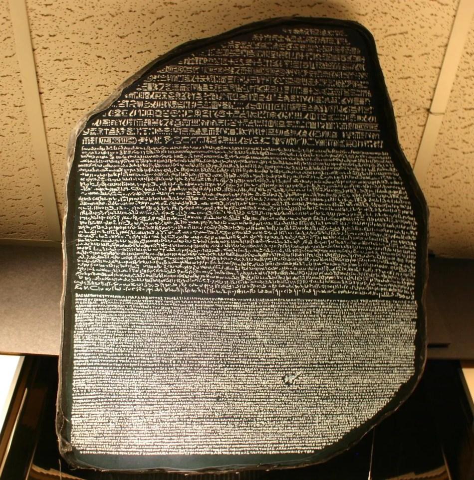 Fotografía de la Piedra Rosetta, clave en lograr la traducción de los jeroglíficos egipcios
