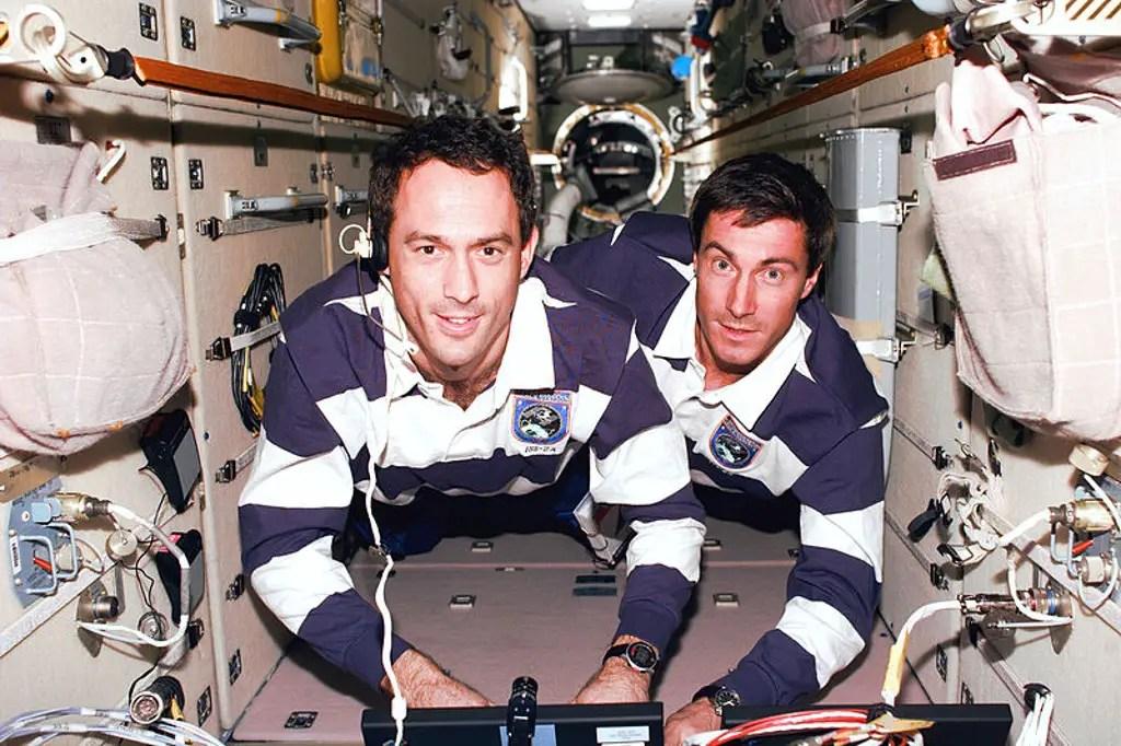 Sergei Krikalev y James Newman durante la misión STS-88.