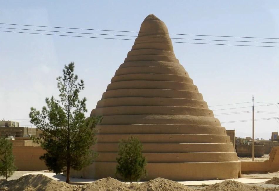 Fotografía del exterior de un Yakhchal persa.