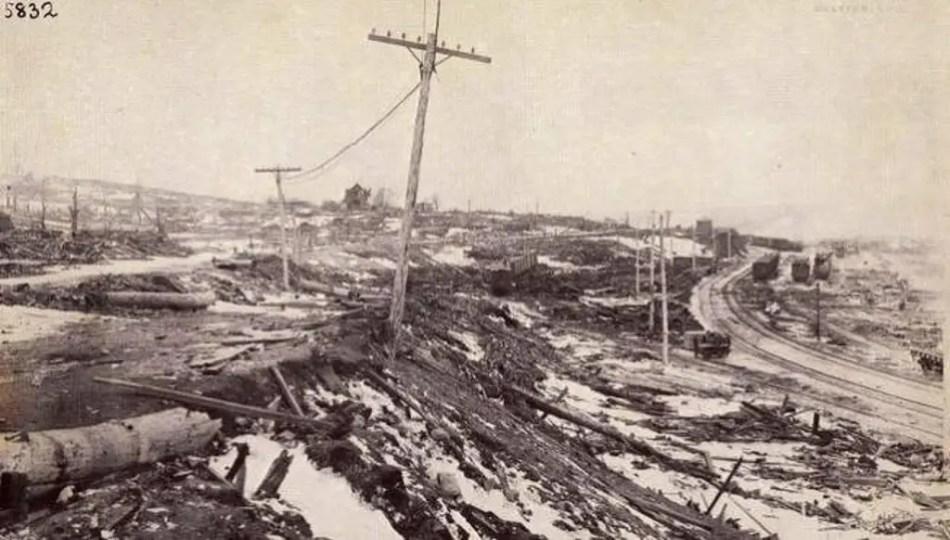Fotografía de la destrucción en las calles.