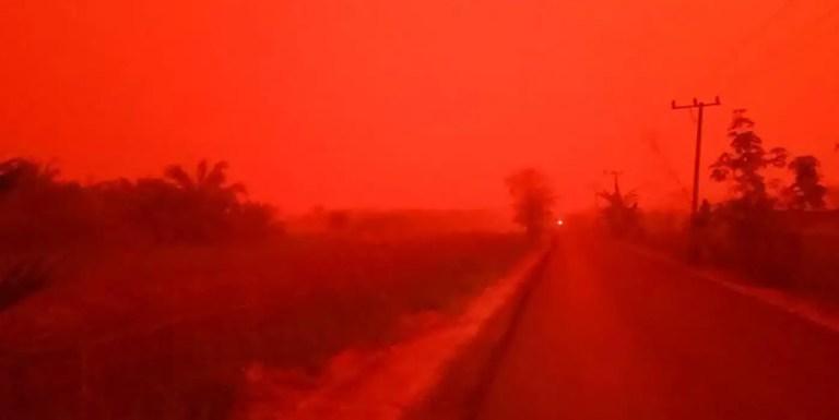 El cielo se ha tornado de color rojo intenso en Indonesia debido a la quema de la selva