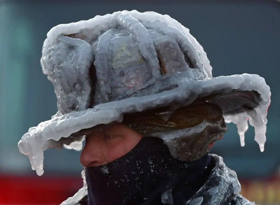 Fotografía de un bombero con su casco congelado.