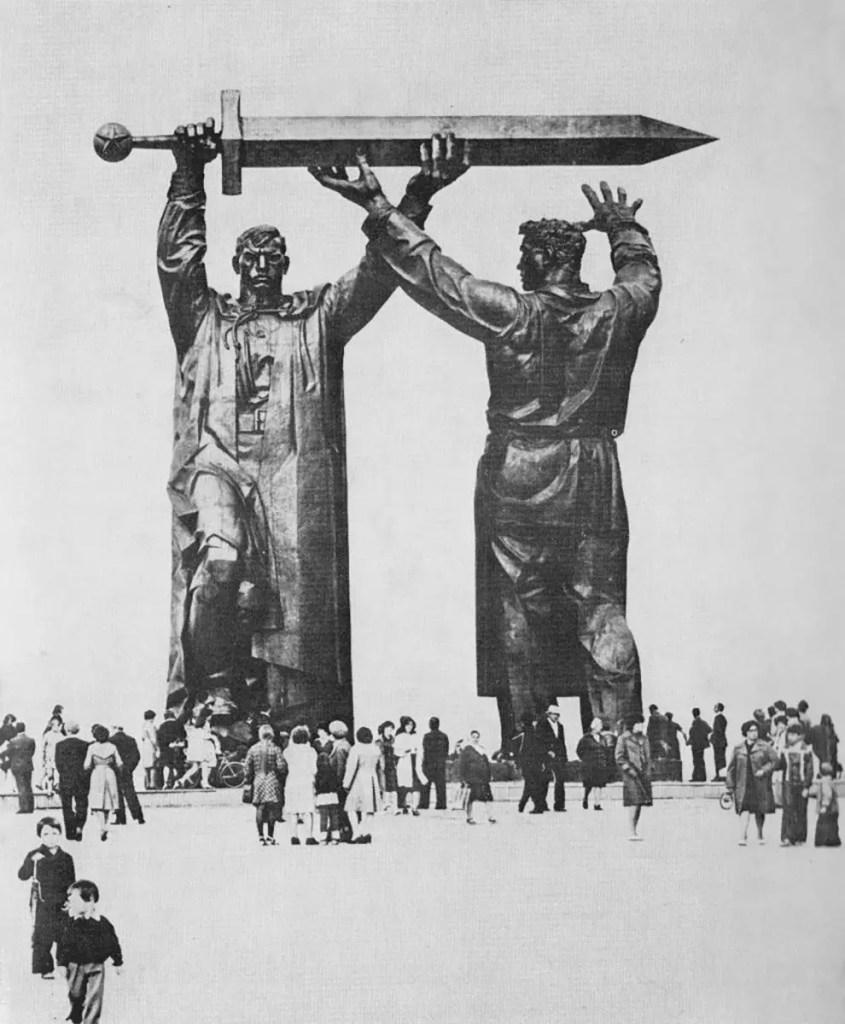 Fotografía de un colosal monumento de dos hombres sosteniendo una espada gigante.