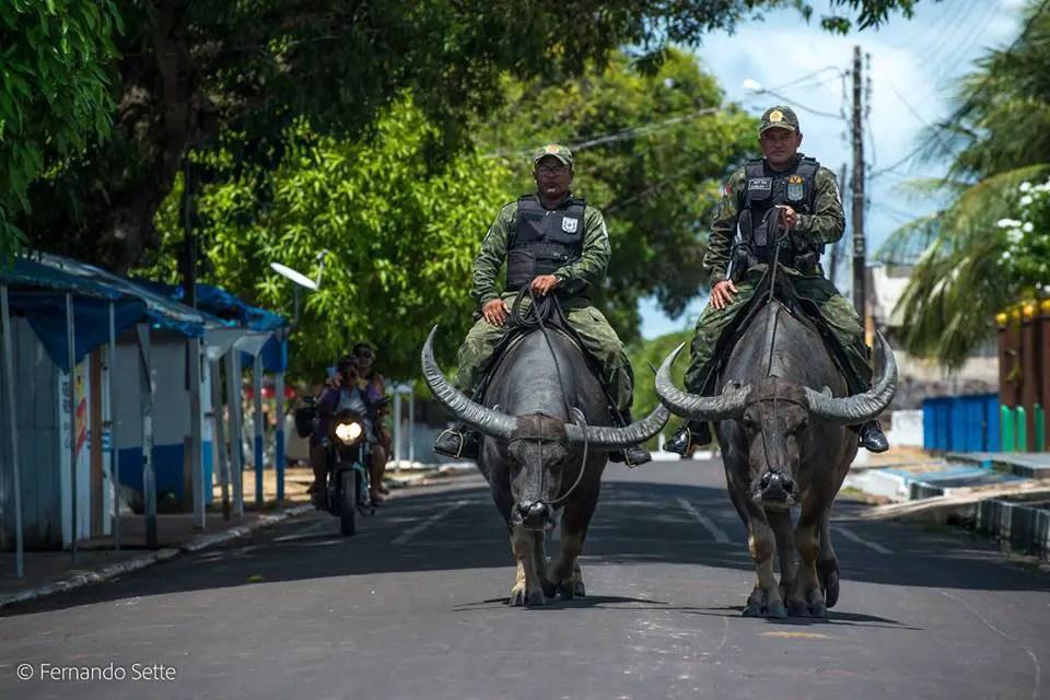 Dos oficiales de la policía militar de Pará patrullando las calles.