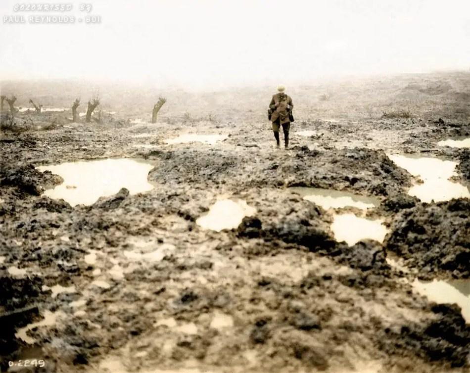Fotografía de un soldado en un campo de batalla.