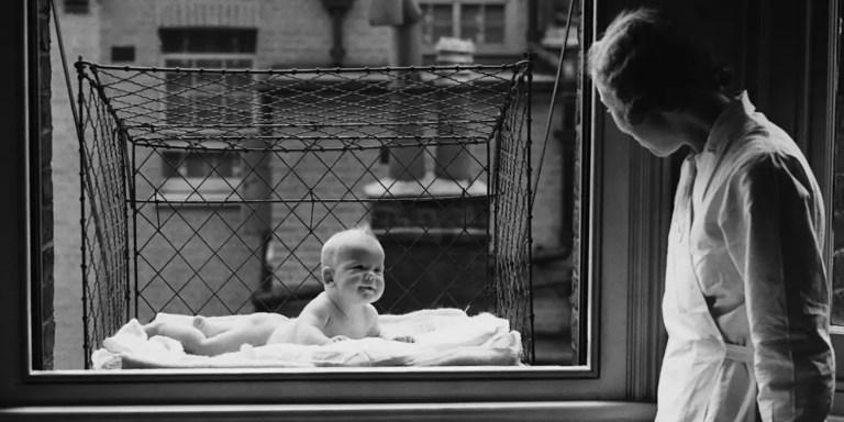 La peligrosa costumbre de 1930 de refrescar bebés en jaulas colgantes