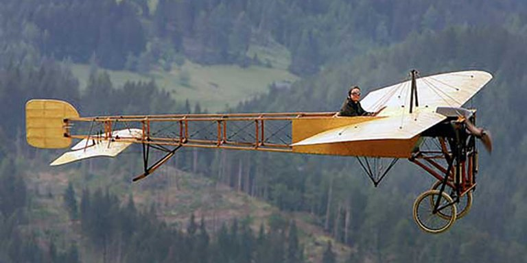 Fotografía de un Blériot XI en pleno vuelo.
