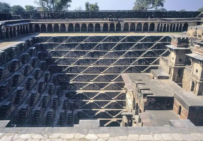 Imagen en la cual podemos observar que dentro de Chand Baori templo existe otro templo.