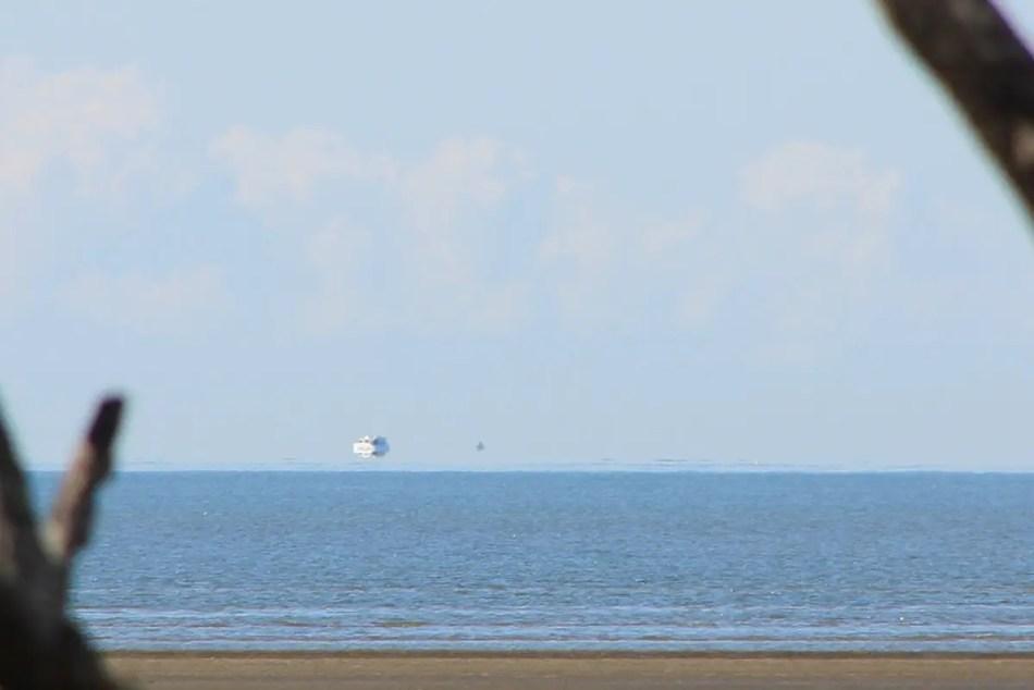 Imagen de un espejismo Fata Morgana en la cual vemos un barco sobre el horizonte elevado por sobre la linea del agua.