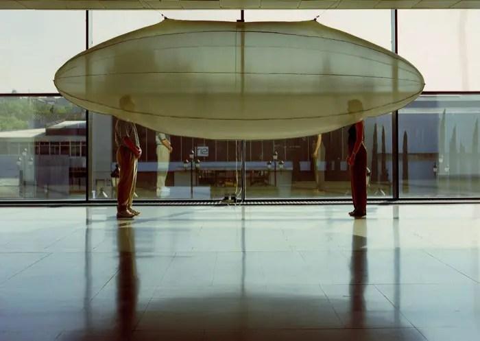 Dos personas dentro de un capullo de tela.