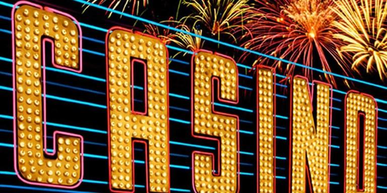 Marquesina de un casino en la forma de un cartel luminoso al mejor estilo de Las Vegas.