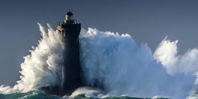 Faro contra una ola gigante.